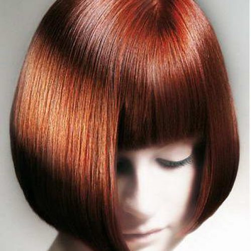 Un corte de pelo bob corto con flequillo para el pelo liso
